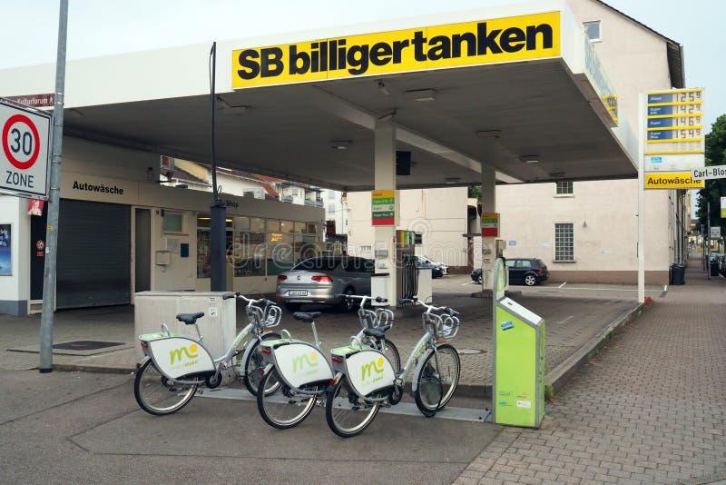 Benzynowej stacji i roweru udzielenia stacja w Offenburg, Niemcy obraz royalty free