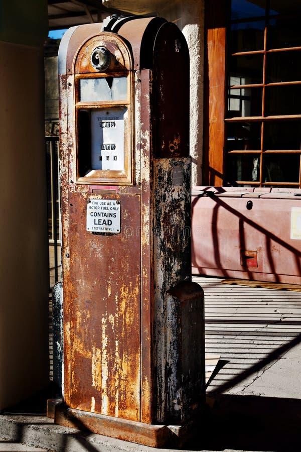 benzynowi ciekawi starzy pompowi ośniedziali cienie zdjęcie royalty free