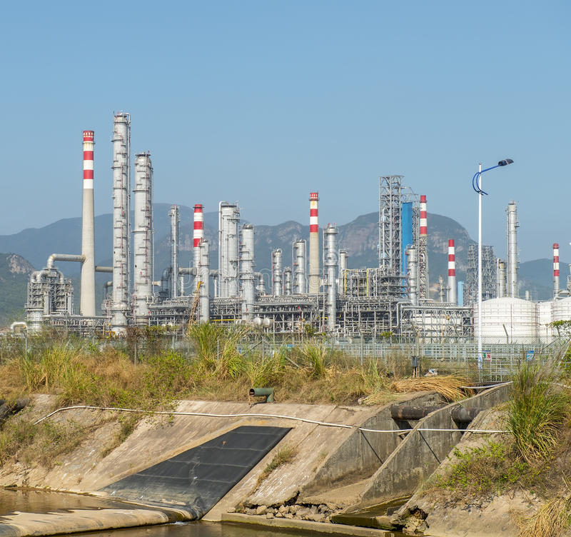 benzynowy fabryka przerób krajobraz z przemysłem gazowym obraz royalty free