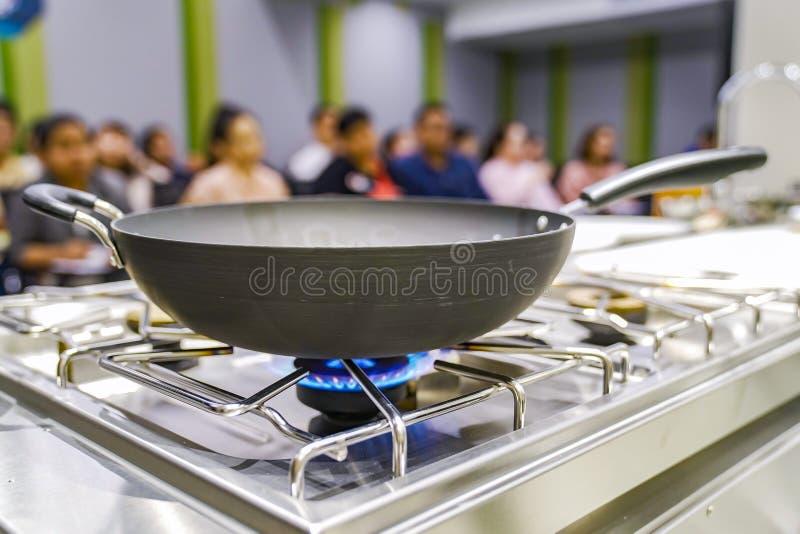 Benzynowy ogień od kuchenki z niecką na nim, w szkoleniu - studiuje kulinarną salę lekcyjną obrazy royalty free