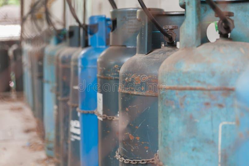 Benzynowy zbiornik w starej tekstylnej fabryce obrazy stock