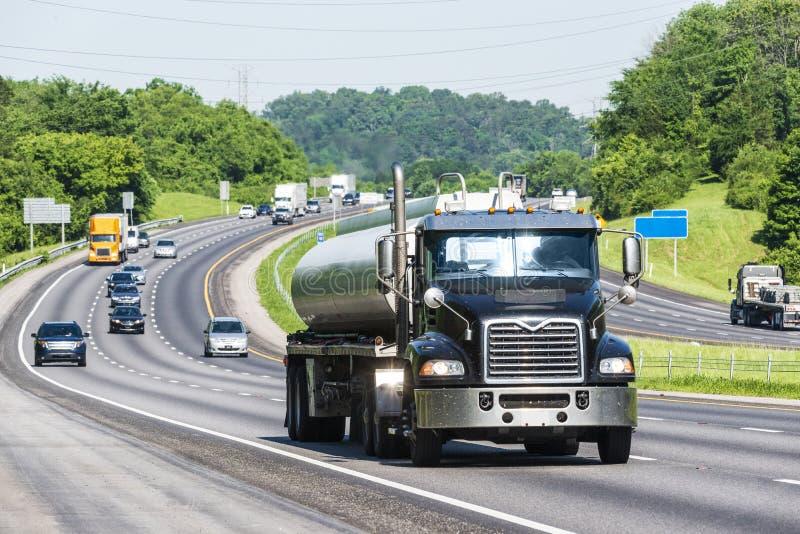 Benzyny ciężarówka na Międzystanowym zdjęcie stock