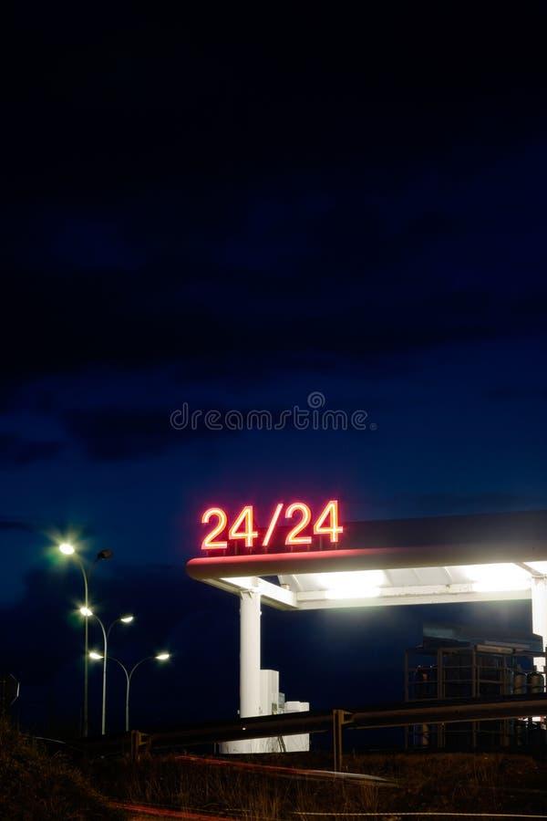 benzyny noc stacja obraz royalty free