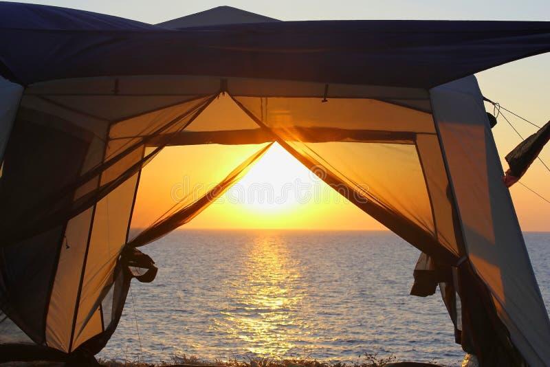 Beobachten Sie den Sonnenuntergang von den Touristenzelten