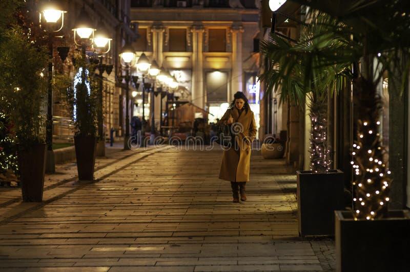 Beograd, Serbia, 15 de diciembre de 2019 - calle por la noche con luces amarillas foto de archivo libre de regalías