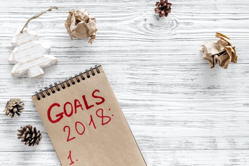 Bepaal een doelstelling voor nieuw jaar 2018 Notitieboekje op grijze houten hoogste mening als achtergrond copyspace stock fotografie