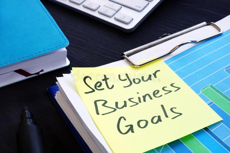 Bepaal uw bedrijfsdoelstellingen Stapel financiële documenten stock foto