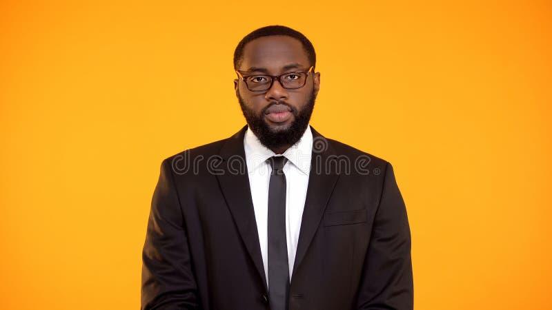 Bepaald Afrikaans-Amerikaans mannetje die in kostuum aan camera, afdelingsleider kijken royalty-vrije stock foto's