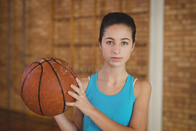 Bepaald meisje die een basketbal houden royalty-vrije stock afbeeldingen