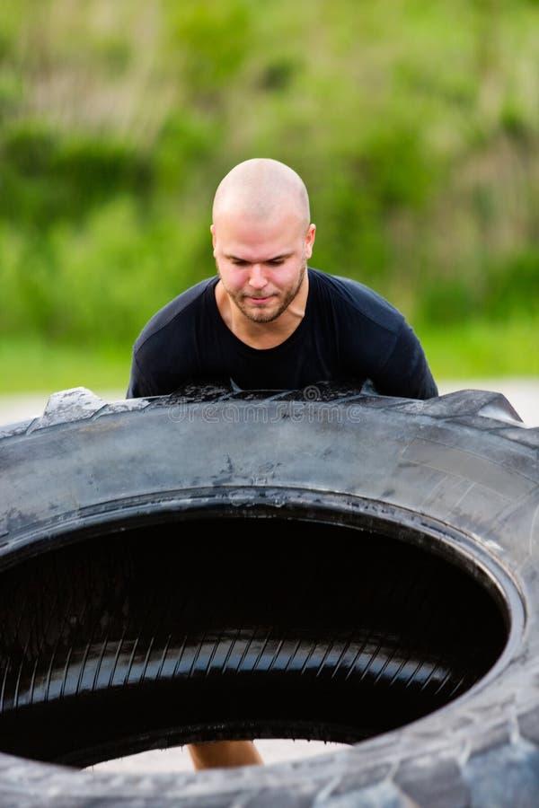 Bepaalde Atleet Flipping Truck Tire stock foto