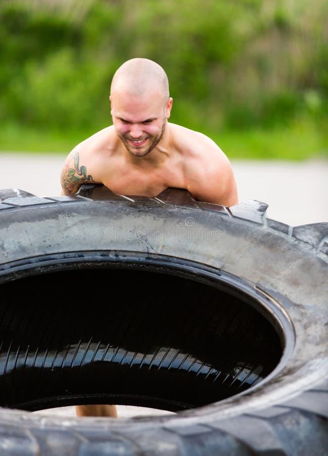 Bepaalde Atleet Flipping Truck Tire stock foto's