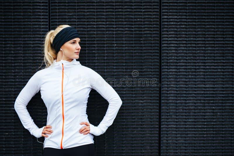 Bepaalde jonge sportenvrouw stock afbeelding