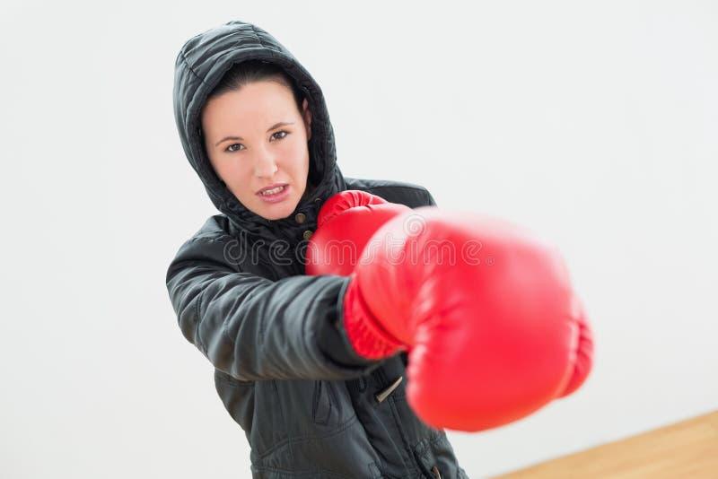 Bepaalde jonge vrouwelijke bokser in rode bokshandschoenen royalty-vrije stock fotografie