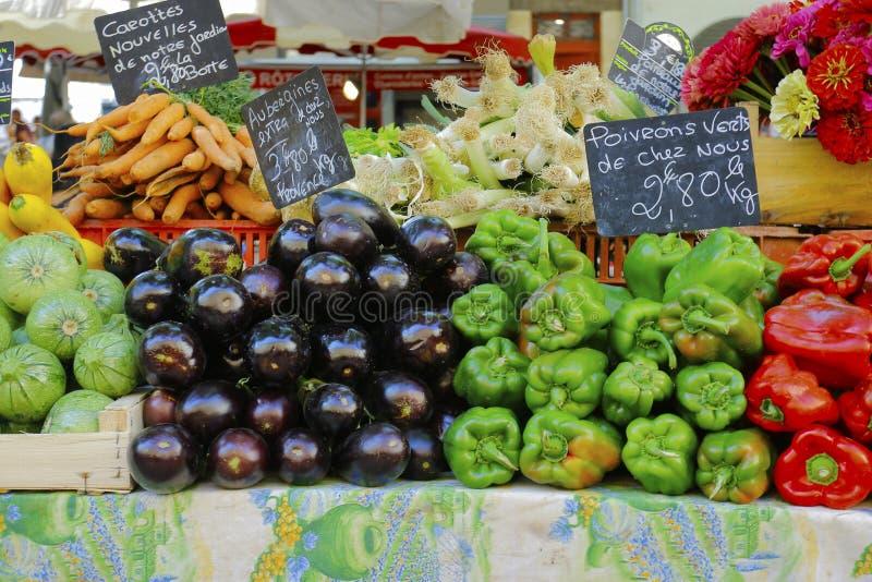 Bepaling van de hoeveelheid op de markt van herkomst-frankrijk verkochte groenten stock afbeeldingen