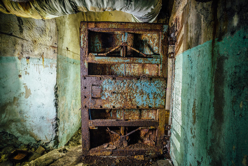 Bepansrad dörr för gammalt rostigt stål i övergiven sovjetisk militär bunker arkivfoton