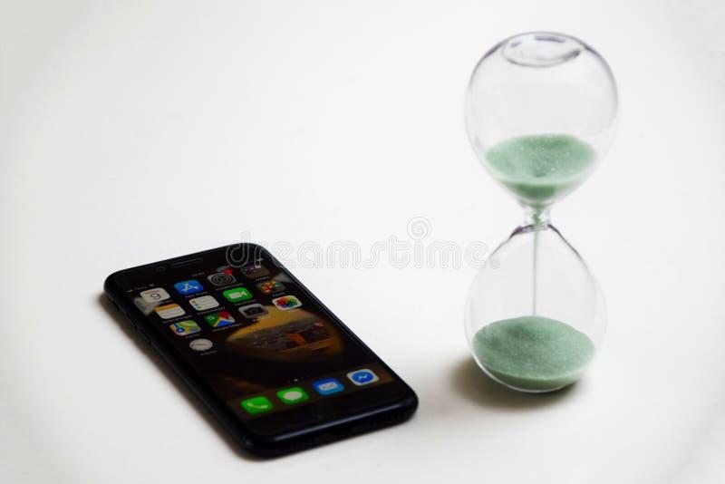 Beperk de tijd aan smartphone wordt doorgebracht die stock afbeelding