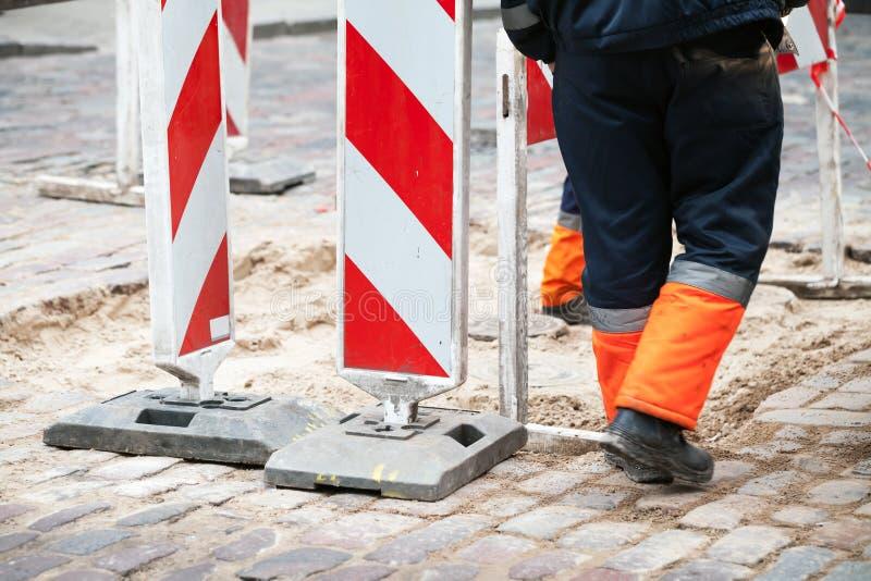 Beperkte gebiedstekens en arbeiders stock foto's