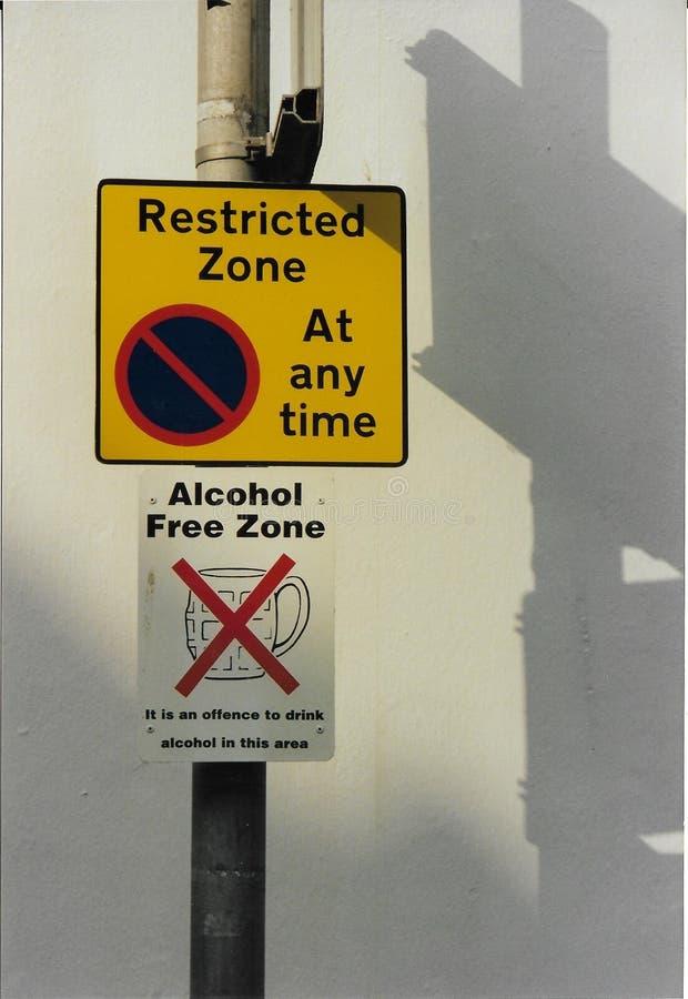 Beperkte parkeren en alcoholvrije zonetekens stock afbeeldingen