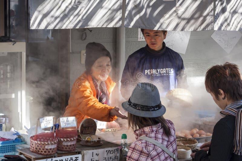 Beppu, Japão - 29 de dezembro de 2009: Vendedor ambulante do fast food que vende o fast food popular dos ovos cozidos em Beppu fotografia de stock royalty free