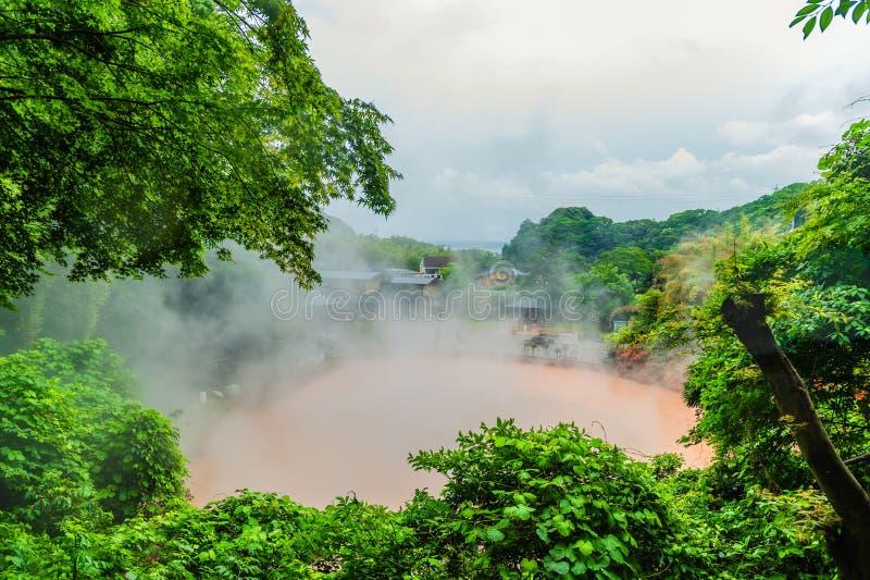 Beppu, Japón - 28 de mayo de 2018 - piscina de ebullición roja en los infiernos del bepp fotografía de archivo