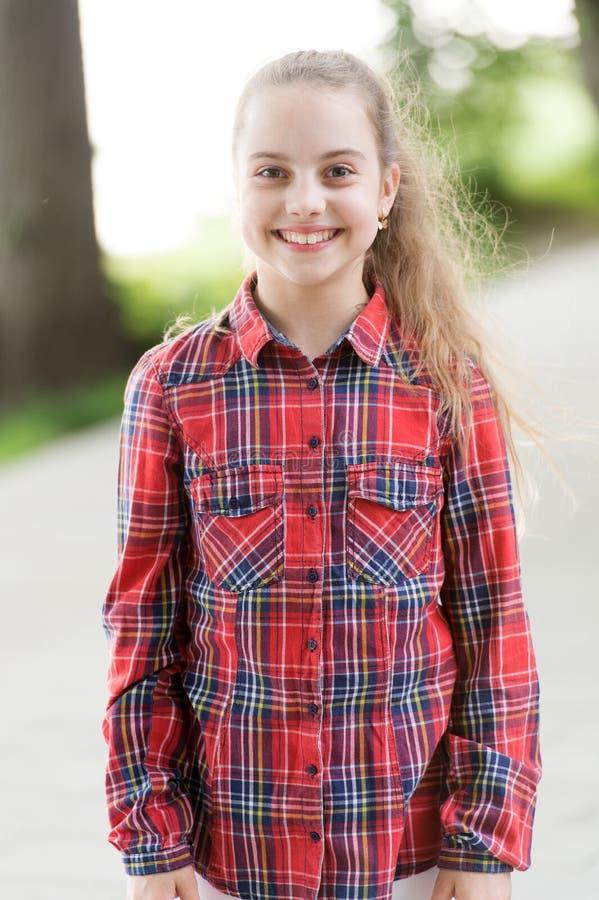 Bequem tragen und timelessly stilvoll Glückliches stilvolles Kind Wenig nettes Mädchen mit dem langen Tragen des blonden Haares s stockfoto