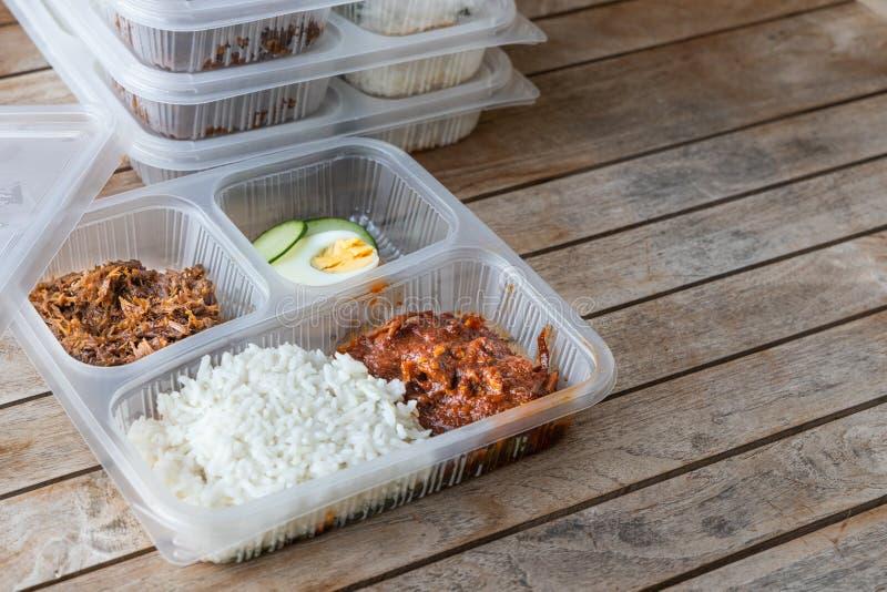Bequem verpackte köstliche nasi lemak Mahlzeit für nehmen Lieferung weg lizenzfreies stockbild