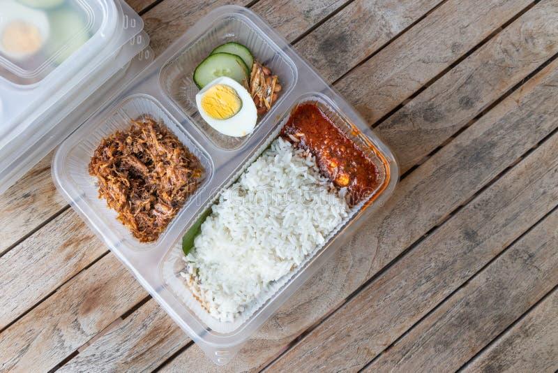 Bequem verpackte k?stliche nasi lemak Mahlzeit f?r nehmen Lieferung weg lizenzfreies stockbild