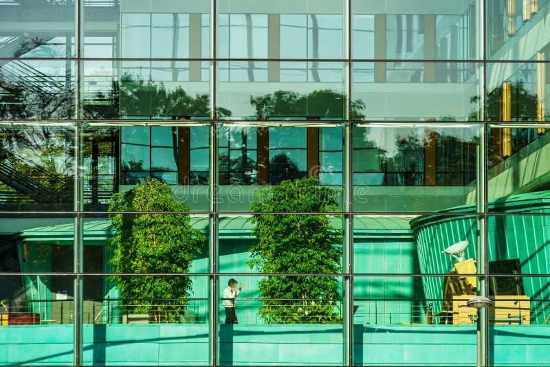 Bequeme Bürogebäudeansicht durch die Glaswand lizenzfreies stockbild