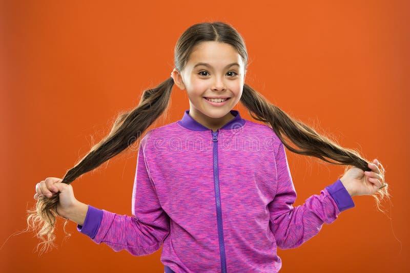 Bequeme Frisur für aktiven Lebensstil Reizend Schönheit Starkes und gesundes Haarkonzept Wie man gelocktes Haar behandelt stockbild