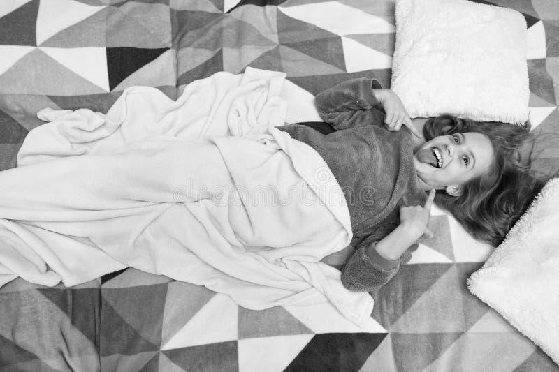 Bequeme Pyjamas f?r entspannen sich Kind genie?en Freizeit Spielerisches entspannendes Baby Pyjamas und Schlafzimmergewebe Pyjama lizenzfreie stockbilder