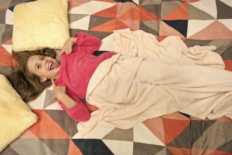 Bequeme Pyjamas f?r entspannen sich Kind genie?en Freizeit Spielerisches entspannendes Baby Pyjamas und Schlafzimmergewebe Pyjama stockfotografie