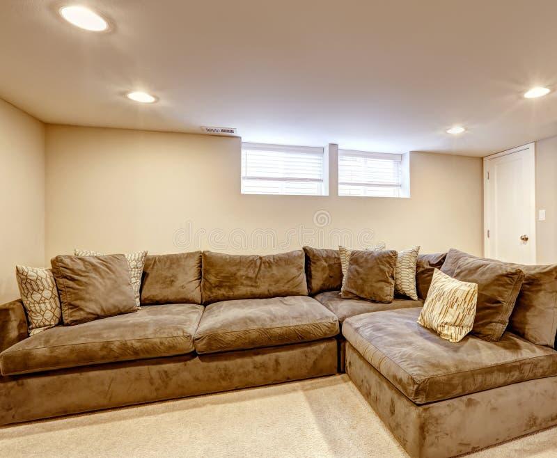 bequemes braunes sofa mit kissen stockfoto bild von teppich lebensstil 44603926. Black Bedroom Furniture Sets. Home Design Ideas