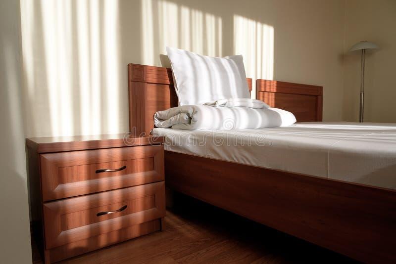 Bequemes Budgethotelschlafzimmer stockbild
