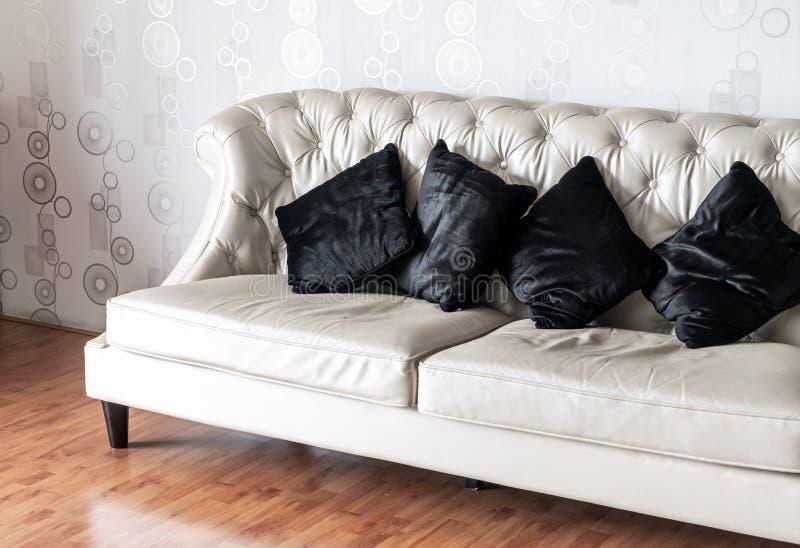 Bequemes Kissen auf Sofa stockbild
