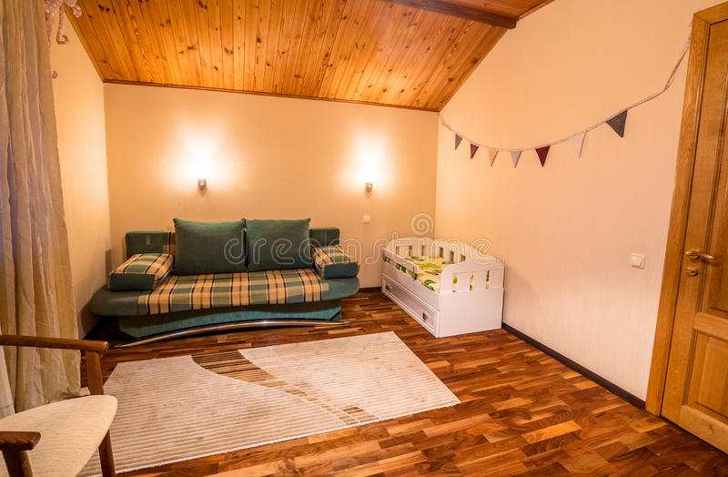 Bequemes kleines Bett in gemütlichem Kind-` s Schlafzimmer stockbild