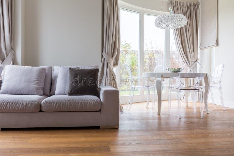 Bequemes Sofa im Aufenthaltsraum lizenzfreie stockfotografie