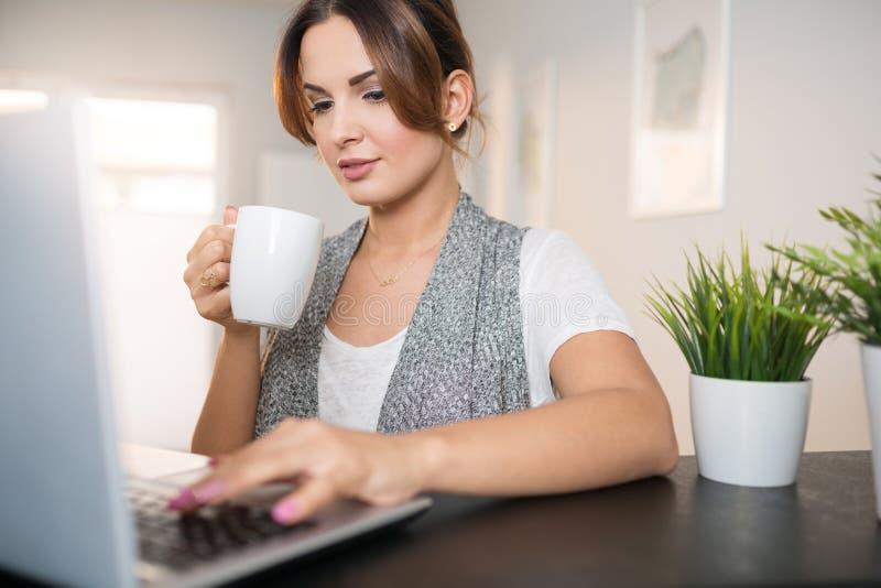 Bequemlichkeit von online kaufen stockfoto