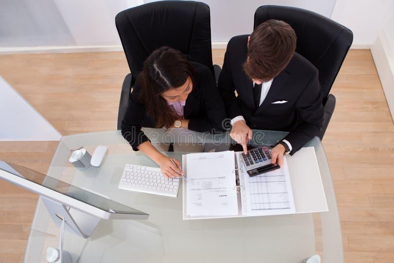 Beräknande skatt för affärskollegor arkivfoton