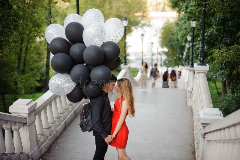 Berättelse av att älska par som kommer upp trappan royaltyfri bild