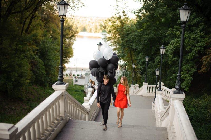 Berättelse av ett älska par som kommer upp trappan arkivbild