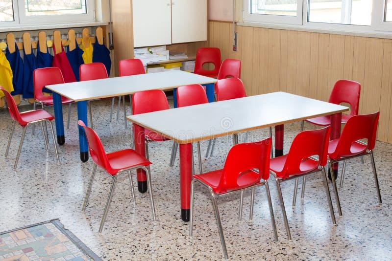 Berçário da sala de aula com cadeiras e mesas para crianças fotografia de stock