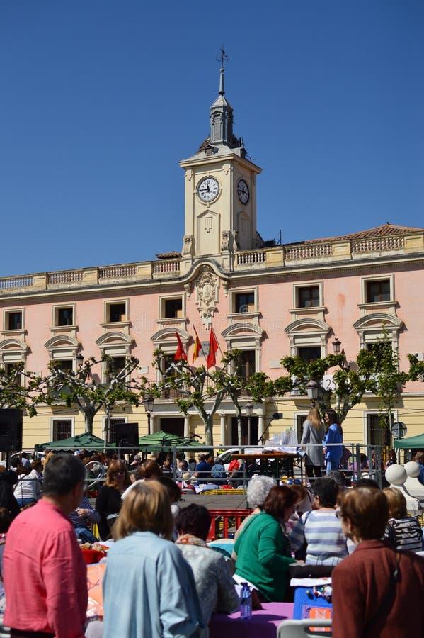 Berço do festival de Alcala De Henares Cidade Hall Facade At The Embroidery de Miguel De Cervantes História do curso da arquitetu fotos de stock