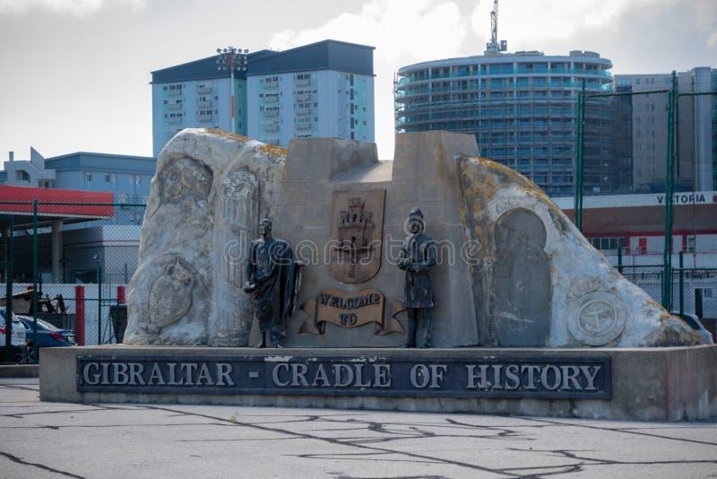 Berço do staute da história pelo aeroporto de Gibraltar fotografia de stock