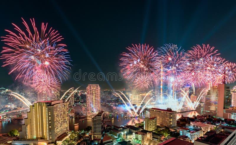 Beröm av dagen för nytt år med färgrika fyrverkerier på den Chao Phraya flodstranden med den Iconsiam byggnadsgränsmärket av Bang royaltyfri foto