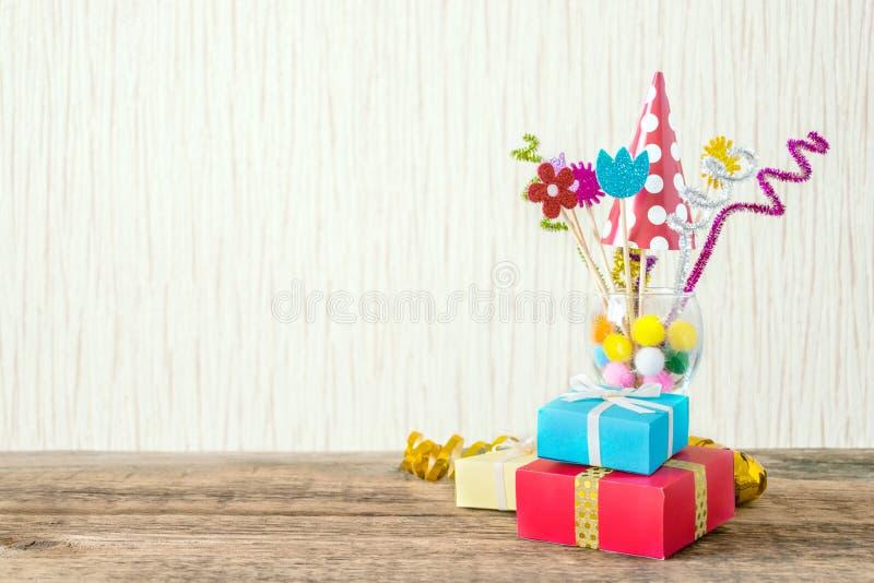 Beröm bakgrund för födelsedagparti med den färgrika partihatten, royaltyfria bilder
