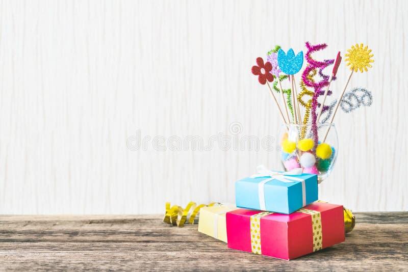 Beröm bakgrund för födelsedagparti med den färgrika partihatten, arkivfoton