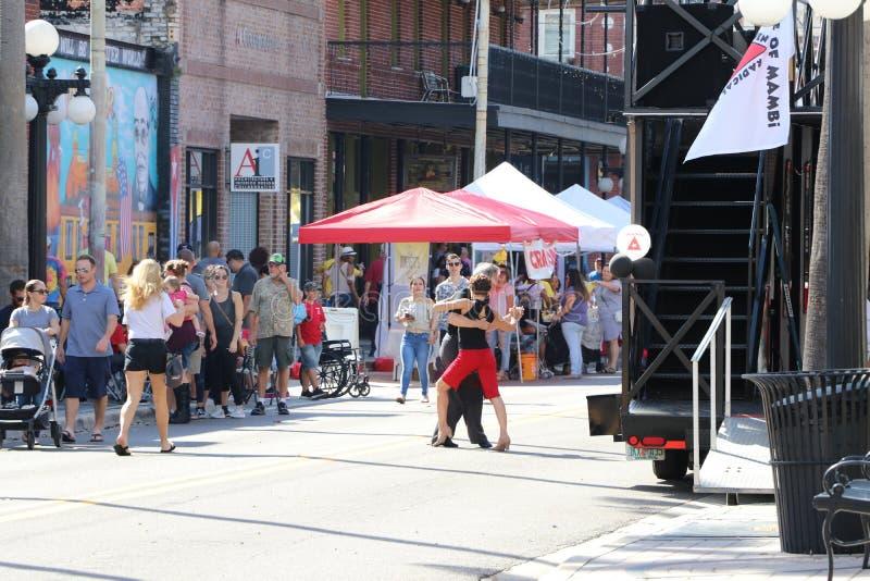 Beröm för arv för Ybor stad historisk med tango som dansar i gatorna fotografering för bildbyråer