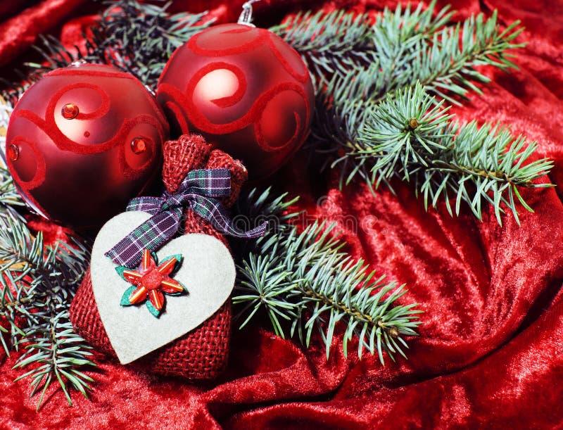 Beröm för det nya året, jul semestrar material, trädet, leksaker, garnering med snö, santas den röda hatten arkivfoton