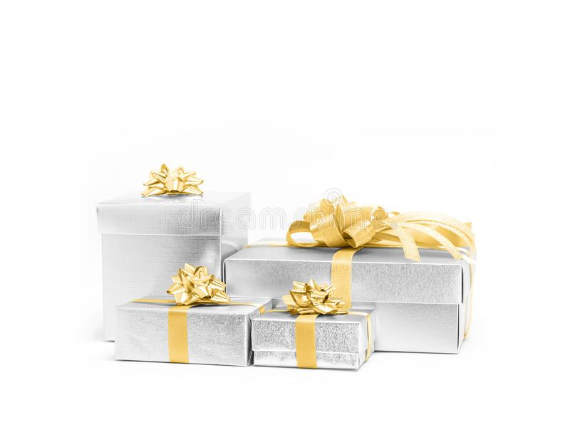 Beröm försilvrar gåvaaskar med den guld- bandblommapilbågen royaltyfri foto
