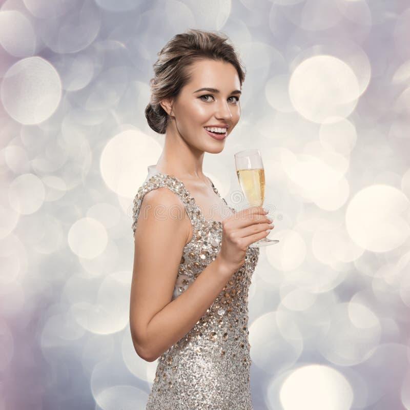 Beröm härlig champagneexponeringsglaskvinna royaltyfri bild
